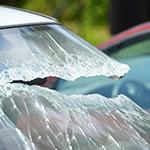 Cristal de coche roto por accidente de tráfico