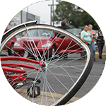 Rueda de bicicleta abollada. Accidente de tráfico