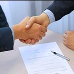 abogados dándose la mano del acuerdo de derecho mercantil