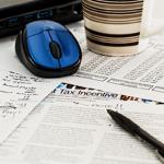 ratón de ordenador, papel y boli