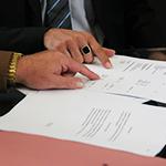 Firmando documentos de derecho  laboral