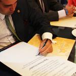 abogado firmando. Derecho mercantil