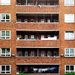 bloque de edificos con balcones